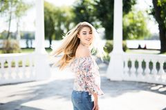 Blonde junge Frau, die um die Stadt geht Stockbild