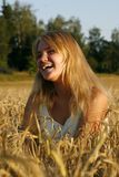 Blonde junge Frau, die vom Inneren lacht Stockbild
