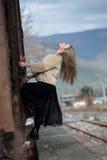 Blonde junge Frau geklettert auf einem Güterzug Stockbild