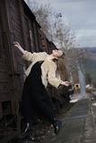 Blonde junge Frau geklettert auf einem Güterzug Lizenzfreies Stockbild