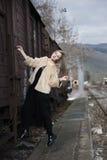 Blonde junge Frau geklettert auf einem Güterzug Stockfotos