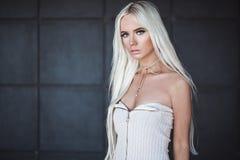 Blonde junge Frau Gorgeou, die draußen aufwirft Lizenzfreie Stockfotografie