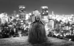 Blonde junge Frau im Abendkleid Stockfoto