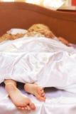 Blonde junge Frau im Bett Lizenzfreie Stockfotografie