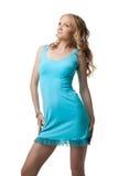 Blonde junge Frau im blauen Kleid Stockfotografie