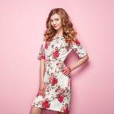 Blonde junge Frau im Blumenfrühlingssommerkleid Lizenzfreie Stockfotografie
