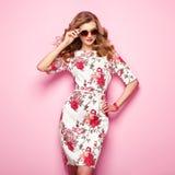 Blonde junge Frau im Blumenfrühlingssommerkleid Lizenzfreie Stockfotos