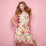 Blonde junge Frau im Blumenfrühlingssommerkleid Lizenzfreies Stockbild