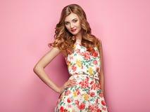 Blonde junge Frau im Blumenfrühlingssommerkleid Stockfotografie