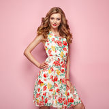 Blonde junge Frau im Blumenfrühlingssommerkleid Stockbilder