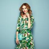 Blonde junge Frau im Blumenfrühlingssommerkleid Stockfoto
