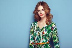 Blonde junge Frau im Blumenfrühlingssommerkleid Lizenzfreies Stockfoto