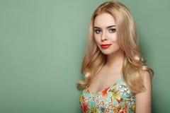 Blonde junge Frau im Blumensommerkleid Stockfoto