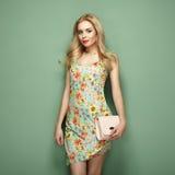 Blonde junge Frau im Blumensommerkleid Lizenzfreie Stockbilder