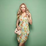 Blonde junge Frau im Blumensommerkleid Lizenzfreies Stockbild
