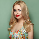 Blonde junge Frau im Blumensommerkleid Stockfotografie