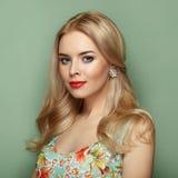 Blonde junge Frau im Blumensommerkleid Stockbilder