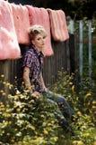 Blonde junge Frau im Cowboyhemd und -Blue Jeans Stockbilder