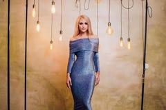 Blonde junge Frau im eleganten Blau Stockfotografie