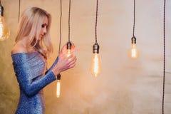 Blonde junge Frau im eleganten Blau Lizenzfreie Stockfotografie