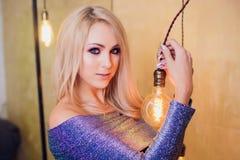Blonde junge Frau im eleganten Blau Stockbild