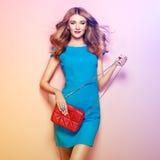 Blonde junge Frau im eleganten blauen Kleid Stockfotos