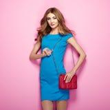 Blonde junge Frau im eleganten blauen Kleid Lizenzfreies Stockfoto