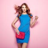 Blonde junge Frau im eleganten blauen Kleid Stockbilder