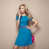 Blonde junge Frau im eleganten blauen Sommerkleid Stockfotos