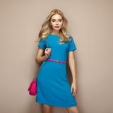 Blonde junge Frau im eleganten blauen Sommerkleid Lizenzfreie Stockbilder