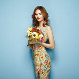 Blonde junge Frau im eleganten Blumenkleid Stockfotos