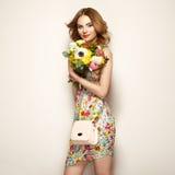 Blonde junge Frau im eleganten Blumenkleid Lizenzfreie Stockbilder
