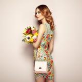 Blonde junge Frau im eleganten Blumenkleid Stockbilder