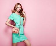 Blonde junge Frau im eleganten grünen Kleid Stockbild