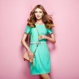 Blonde junge Frau im eleganten grünen Kleid Lizenzfreie Stockfotografie