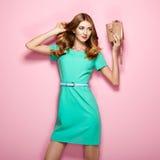 Blonde junge Frau im eleganten grünen Kleid Lizenzfreies Stockfoto