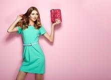 Blonde junge Frau im eleganten grünen Kleid Lizenzfreies Stockbild