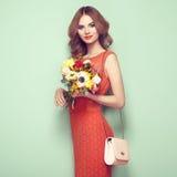 Blonde junge Frau im eleganten roten Kleid Lizenzfreie Stockbilder