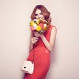 Blonde junge Frau im eleganten roten Kleid Lizenzfreie Stockfotografie