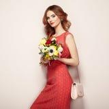 Blonde junge Frau im eleganten roten Kleid Stockfotos