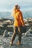 Blonde junge Frau im Freien in den Bergen Stockbild