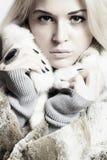 Blonde junge Frau im Pelzmantel Stockfoto