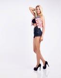 Blonde junge Frau im Studio Stockfotografie