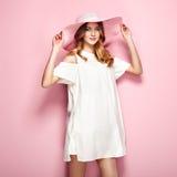 Blonde junge Frau im weißen Kleid des Sommers Stockfotos