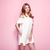 Blonde junge Frau im weißen Kleid des Sommers Lizenzfreies Stockbild