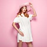 Blonde junge Frau im weißen Kleid des Sommers Lizenzfreie Stockfotografie