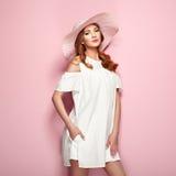 Blonde junge Frau im weißen Kleid des Sommers Stockfoto