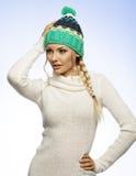 Blonde junge Frau im Winterkleid Lizenzfreies Stockbild