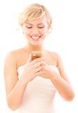 Blonde junge Frau liest Meldung Lizenzfreie Stockbilder