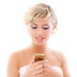 Blonde junge Frau liest Meldung Stockfotografie